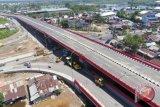 Foto udara pembangunan jalan layang Keramasan di Palembang, Sumatra Selatan, Selasa (29/3/2018). Pembangunan jalan layang Keramasan sepanjang 650 meter dan lebar 17,5 meter tersebut telah 100 persen dan akan dilakukan uji coba (open traffic) pada Mei 2018. (ANTARA/Nova Wahyudi)