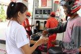 Pertamina Maluku-Papua bagi hadiah kepada konsumen pertalite