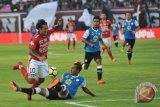 Pesepak bola Bali United Irfan Bachdim (kiri) berebut bola dengan pesepak bola Barito Putra Hansamu Yama Pranata (bawah) dalam Pertandingan Sepak Bola Liga 1 2018 di Stadion I Wayan Dipta, Gianyar, Bali, Minggu (22/4/2018). Bali United menang atas Barito Putra dengan skor 2-0. (ANTARA FOTO/Nyoman Budhiana)