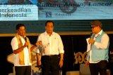Menteri Sosial Idrus Marham (kiri) bersama Menteri Perhubungan Budi Karya Sumadi (tengah) memberikan paparan saat Dialog Nasional