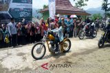 Presiden RI Joko Widodo (Jokowi) saat mengendarai Motor Chopperfield ke Citarik, Kabpaten Sukabumi, Provijsi jawa Barat, Minggu (080418). (Foto Antara: Andi Firdaus).