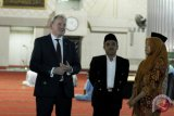 Menteri Pengadaan Pertahanan Inggris, Guto Bebb MP (kiri) menyimak penjelasan petugas saat mengunjungi Masjid Istiqlal, Jakarta, Jumat (13/4/2018). Selama dua hari lawatannya ke Indonesia 12-13 April, Guto Bebb MP berkesempatan mengunjungi Masjid Istiqlal dan Gereja Katedral setelah sebelumnya diagendakan bertemu dengan beberapa menteri kabinet pemerintahan Indonesia dalam rangka memperkuat hubungan bilateral kedua negara terutama di sektor pertahanan. (ANTARA FOTO/Suwandy)