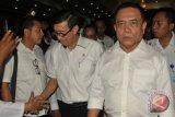 Menteri Hukum dan HAM Yasonna Laoly (kedua kanan) berjalan bersama Gubernur Aceh, Irwandi Yusuf (kanan) seusai menghadiri penandatangan kerjasama (MoU) Hukum Cambuk, di Banda Aceh, Kamis (12/4/2018). Pemerintah Aceh menandatangani MOU Hukum Cambuk dengan Kanwil Kemenkumham Aceh terkait penetapan lokasi pelaksanaan hukum cambuk di dalam Lembaga Permasyarakat yang sebelumnya dilakukan ditempat terbuka. (ANTARA FOTO/Ampelsa)