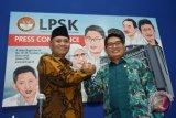 Ketua Lembaga Perlindungan Saksi dan Korban (LPSK) Abdul Haris Semendawai (kanan) berjabat tangan bersama Ketua Komisi Pemberantasan Korupsi (KPK) Agus Rahardjo (kiri) usai penandatanganan nota kesepahaman perlindungan saksi tindak pidana korupsi, di Kantor LPSK, Jakarta, Selasa (17/4/2018). Nota kesepahaman antara KPK - LPSK ini memiliki beberapa ruang lingkup utama yakni kerja sama dalam perlindungan saksi, penerapan dan peningkatan laporan harta kekayaan penyelenggara negara (LHKPN), pemetaan titik rawan gratifikasi, dan penerapan program pengendalian gratifikasi. (ANTARA FOTO/Indrianto Eko Suwarso)