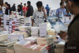 Ratusan pengunjung memadati pameran liga buku di GOR Saparua, Bandung, Jawa Barat, Senin (30/4). Pameran buku dari berbagai penerbit ini memberikan potongan harga dari 40 - 80 persen dan berlangsung dari 30 April hingga 6 Mei 2018. ANTARA JABAR/M Agung Rajasa/agr/18