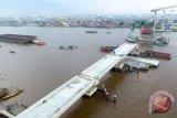 Foto udara pembangunan Jembatan Musi IV di Palembang, Sumatra Selatan, Rabu (4/4/2018). Pembangunan Jembatan Musi IV yang menjadi sarana prioritas dan penunjang transportasi Asian Games 2018 telah mencapai 75 persen, namun saat ini pembangunannya terkendala pembebasan lahan yang belum selesai seluas 874 meter dan membutuhkan dana sebesar Rp200 miliar. (ANTARA FOTO/Nova Wahyudi)