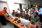 Kabasarnas Marsdya TNI Muhammad Syaugi (kiri) menyaksikan pelatihan drone bagi prajurit TNI saat peresmian pabrik drone pertama di Indonesia, PT Farmindo Inovasi Teknologi, di Sentul, Bogor, Jawa Barat, Kamis (19/4/2018). PT Farmindo Inovasi Teknologi selain membuat drone bagi kepentingan kelembagaan negara seperti TNI dan BASARNAS juga mendidik para calon pilot drone untuk kelas umum dan militer. (ANTARA FOTO/Yulius Satria Wijaya)