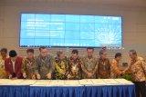 Menristek Dikti Mohammad Nasir (kanan) menyaksikan sejumlah Rektor Perguruan Tinggi Negeri menandatangani nota kesepahaman disela-sela Pertemuan Perguruan Tinggi Negeri Badan Hukum (PTN-BH) 2018 di Gedung Pusat Riset Institut Teknologi Sepuluh November (ITS) Surabaya, Jawa Timur, Rabu (4/4). Pertemuan tersebut bertemakan Akselerasi Otonomi PTN-BH dalam Kerangka Negara Kesatuan Republik Indonesia, dengan diikuti oleh 11 Rektor Perguruan Tinggi dengan menyepakati langkah sinergis untuk pembangunan nasional. Antara jatim/M Risyal Hidayat/zk/18