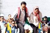 Presiden Joko Widodo (kiri) didampingi Ibu Negara Iriana Joko Widodo (kanan) meninjau proyek pembangunan Jembatan Holtekamp di Jayapura, Papua, Kamis (12/4/2018). Jembatan Holtekamp yang berada di atas Teluk Youtefa dan menghubungkan Kota Jayapura dengan Distrik Muara Tami tersebut ditargetkan selesai pada akhir 2018. (ANTARA FOTO/Yulius Satria Wijaya)