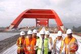 Presiden Joko Widodo (tengan) didampingi Menteri Pekerjaan Umum dan Perumahan Rakyat (PUPR) Basuki Hadimuljono (ketiga kanan) dan sejumlah pejabat daerah setempat memberi keterangan saat meninjau proyek pembangunan Jembatan Holtekamp di Jayapura, Papua, Kamis (12/4/2018). Jembatan Holtekamp yang berada di atas Teluk Youtefa dan menghubungkan Kota Jayapura dengan Distrik Muara Tami tersebut ditargetkan selesai pada akhir 2018. (ANTARA FOTO/Yulius Satria Wijaya)