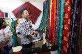 Dubes Indonesia untuk Malaysia Rusdi Kirana mengunjungi stan BUMN yang menampilkan batik Medan pada pameran