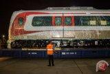Pekerja melakukan pengecekan pada gerbong kereta ringan/Light Rail Transit (LRT) yang baru tiba di Pelabuhan Car Terminal, Tanjung Priok, Jakarta, Jumat (13/4/2018). Sebanyak satu rangkaian atau dua gerbong kereta ringan/LRT tiba di Pelabuhan Car Terminal, Jakarta yang selanjutnya akan dipergunakan pada LRT jalur Kelapa Gading - Velodrome untuk dipergunakan dalam perhelatan Asian Games 2018 pada Agustus mendatang. (ANTARA FOTO/Galih Pradipta)