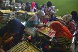 Pekerja menyelesaikan makanan kue kering atau kue karakter di Kampung Pamijahan, Tasikmalaya, Jawa Barat, Kamis (12/4). Kementerian Perindustrian mencatat sumbangan industri makanan dan minuman terhadap produk domestik bruto (PDB) industri nonmigas mencapai 34,95 persen pada triwulan ketiga 2017, dengan perkembangan realisasi investasi sektor industri makanan dan minuman untuk penanaman modal dalam negeri mencapai Rp27,92 triliun atau meningkat 16,3 persen, sedangkan penanaman modal asing mencapai 1,46 miliar Dollar Amerika Serikat. ANTARA JABAR/Adeng Bustomi/agr/18