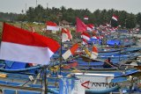 Nelayan memperbaiki jaring ikan di Pelabuhan Pendaratan Ikan Cikidang, Kabupaten Pangandaran, Jawa Barat, Senin (23/4). Kementerian Kelautan dan Perikanan (KKP) merealisasi investasi kelautan dan perikanan sampai kuartal III-2017 tercatat Rp 4,03 triliun, dengan total nilai investasi naik menjadi 96,81 persen atau Rp 1,23 triliun dibanding kuartal III-2016 untuk nilai investasi di bidang usaha produksi yang mencakup sektor tangkap dan budidaya ikan. ANTARA JABAR/Adeng Bustomi/agr/18