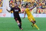 Pesepak bola Sriwijaya FC Adam Alis Setyano (kanan) berebut bola dengan pesepak bola PSM Makassar Marc Anthony Klok (kiri) saat pertandingan Go-Jek Liga 1 di Stadion Gelora Sriwijaya Jakabaring (GSJ) Palembang, Sumatera Selatan, Sabtu (28/4/2018). PSM Makassar berhasil menahan imbang tuan rumah Sriwijaya FC dengan skor 0-0. (ANTARA FOTO/Nova Wahyudi)