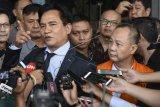 Mantan Kepala Badan Penyehatan Perbankan Nasional (BPPN) Syafruddin Arsyad Temenggung (kanan) diwakili kuasa hukumnya Yusril Ihza Mahendra (kiri) menjawab pertanyaan wartawan seusai menandatangani berkas pelimpahan tahap dua di gedung KPK, Jakarta, Rabu (18/4). Berkas perkara tersangka Syafruddin Arsyad Temenggung terkait kasus korupsi penerbitan SKL Bantuan Likuiditas Bank Indonesia (BLBI) telah lengkap (P21) dan siap untuk disidangkan.  (ANTARA FOTO/Hafidz Mubarak A)