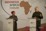 Menteri Perdagangan Enggartiasto Lukita (kanan) bersama Menteri Luar Negeri Retno Marsudi memberi penjelasan hasil Forum Indonesia Afrika (IAF) 2018 di Nusa Dua, Bali, Rabu (11/4). Forum dua hari antara Indonesia dengan 47 negara Afrika tersebut telah menghasilkan 10 kesepakatan dan 11 rencana bisnis sebagai langkah awal kerja sama untuk memperkuat pertumbuhan ekonomi antara Indonesia dan Afrika. ANTARA FOTO/Nyoman Budhiana/wdy/2018.
