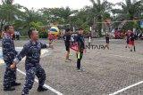 Komandan Pangkalan TNI Angkatan Laut ( Danlanal) Bengkulu, Letkol Laut (P) Agus Izudin (memegang bola) membuka secara resmi turnamen bola volly antar instansi, dalam rangka memeriahkan HUT ke - 32 Lanal Bengkulu dan tiga instansi lainnya, Selasa/24/4/2018). (Foto Antarabengkulu.com/Riski Maruto)
