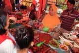 Para pembeli menyerbu Pasar wadai Ramadan 1439 Hijriyah (Ramadan Cake Fair)  yang diadakan Disporabudpar Banjarbaru di Jalan Taman Gembira Barat Kota Banjarbaru Minggu (20/5) sore.  Tujuan diadakannya Pasar Wadai (kue) Ramadan 1439 H tahun 2018 adalah untuk memperkenalkan budaya daerah Banjar dengan ciri khas makanan dan wadai serta memberikan hiburan wisata rekreatif kepada masyarakat di Kota Banjarbaru.Foto Antaranews Kalsel/hms/F)