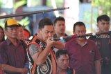 Seorang pria Dayak mengikuti Lomba Sumpit pada Pekan Gawai Dayak (PGD) ke-33 di Rumah Radakng, Pontianak, Kalimantan Barat, Selasa (22/5). Lomba sumpit yang diikuti puluhan peserta dari berbagai sanggar dan klub sumpit tersebut, mengadu ketangkasan dalam mengenai sasaran pada lomba sumpit khas Dayak. ANTARA FOTO/HS Putra/jhw/18