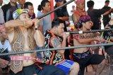 Tiga pria Dayak mengikuti Lomba Sumpit pada Pekan Gawai Dayak (PGD) ke-33 di Rumah Radakng, Pontianak, Kalimantan Barat, Selasa (22/5). Lomba sumpit yang diikuti puluhan peserta dari berbagai sanggar dan klub sumpit tersebut, mengadu ketangkasan dalam mengenai sasaran pada lomba sumpit khas Dayak. ANTARA FOTO/HS Putra/jhw/18