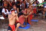 Sejumlah pria Dayak mengikuti Lomba Sumpit pada Pekan Gawai Dayak (PGD) ke-33 di Rumah Radakng, Pontianak, Kalimantan Barat, Selasa (22/5). Lomba sumpit yang diikuti puluhan peserta dari berbagai sanggar dan klub sumpit tersebut, mengadu ketangkasan dalam mengenai sasaran pada lomba sumpit khas Dayak. ANTARA FOTO/HS Putra/jhw/18