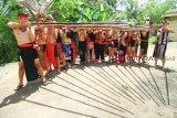 Sejumlah peserta Lomba Sumpit memegang alat sumpit usai perlombaan Sumpit pada Pekan Gawai Dayak (PGD) ke-33 di Rumah Radakng, Pontianak, Kalimantan Barat, Selasa (22/5). Lomba sumpit yang diikuti puluhan peserta dari berbagai sanggar dan klub sumpit tersebut, mengadu ketangkasan dalam mengenai sasaran pada lomba sumpit khas Dayak. ANTARA FOTO/HS Putra/jhw/18