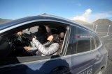 Vice President Corporate Communication BMW Group Indonesia Jodie O'tani (Kanan) mendampingi pemerhati lingkungan yang juga aktor Hamish Daud (Kiri) melakukan uji coba mengendarai mobil BMW All New X3 saat berlangsungnya BMW Media Driving Experience 2018 di Taman Nasional Bromo Tengger Semeru, Pasuruan, Jawa Timur, Rabu (9/5). BMW Media Driving Experience 2018 yang diikuti oleh sejumlah jurnalis dari berbagai media nasional serta pemerhati lingkungan tersebut dalam rangka uji coba perdana mobil BMW All New X3. Antara Jatim/Irfan Anshori/zk/18.