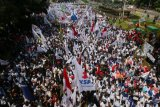 Sejumlah buruh menggelar aksi Hari Buruh Internasional di Jalan Medan Merdeka Barat, Jakarta, Selasa (1/5/2018). Dalam aksinya mereka meminta pemerintah untuk meningkatkan kesejahteraan para kaum buruh. (ANTARA /Rivan Awal Lingga)