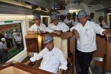 Menteri Perhubungan (Menhub) Budi Karya Sumadi (duduk), Menteri Pekerjaan Umum dan Perumahan Rakyat (PUPR) Basuki Hadimuljono (kanan) dan Sekretaris Kabinet (Seskab) Pramono Anung (kedua kiri), berada di dalam kereta 'sleeper car' saat melakukan kunjungan kerja ke PT Inka Madiun, Jawa Timur, Selasa (29/5/2018). Menhub, Menteri PUPR dan Seskab melakukan kunjungan kerja ke PT Inka dalam rangka memberika motivasi kepada para karyawan PT Inka. (ANTARA FOTO/Siswowidodo)