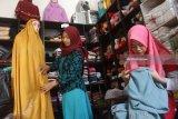 Penjahit membuat mukena sulam untuk selanjutnya diekspor ke Malaysia di studio jahit Almira Handmade di Malang, Jawa Timur, Rabu (30/5). Permintaan mukena sulam yang dijual Rp125 ribu hingga 500 ribu rupiah per lembar tersebut meningkat hingga 20 persen sejak sebulan terakhir. Antara Jatim/Ari Bowo Sucipto/zk/18.