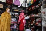 Penjahit menata mukena sulam untuk selanjutnya diekspor ke Malaysia di studio jahit Almira Handmade di Malang, Jawa Timur, Rabu (30/5). Permintaan mukena sulam yang dijual Rp125 ribu hingga 500 ribu rupiah per lembar tersebut meningkat hingga 20 persen sejak sebulan terakhir. Antara Jatim/Ari Bowo Sucipto/zk/18.