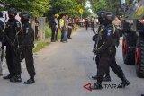 Tim Densus 88 melakukan penjagaan saat penggeledahan usai penangkapan terduga teroris di Jemaras, Klangenan, Kab. Cirebon, Jawa Barat, Kamis (17/5). Tim Densus 88 menangkap dua terduga teroris yang tergabung dalam jaringan JAD. ANTARA JABAR/Risky Maulana/DA/agr/18.