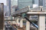 Pekerja menyelesaikan pengerjaan proyek Light Rail Transit (LRT) Jabodebek lintas pelayanan dua Cawang-Dukuh Atas di kawasan Kuningan, Jakarta Selatan, Selasa (8/5/2018). Pengerjaan proyek LRT Cawang-Dukuh Atas telah mencapai 22 persen dan diharapkan bisa rampung pada pertengahan 2019. (ANTARA /Dhemas Reviyanto)