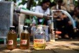 Tiga botol berisi bahan bakar minyak jenis premium dan solar hasil olahan dari plastik ditunjukkan saat pelatihan dan sosialisasi pengolahan sampah plastik di Bandung, Jawa Barat, Senin (21/5/2018). Gerakan Tarik Plastik (Get Plastic) merupakan kampanye peduli sampah plastik di 15 kota di pulau Jawa dan Bali untuk menggerakan masyarakat agar lebih peduli terhadap lingkungan terutama sampah plastik. (ANTARA FOTO/M Agung Rajasa)