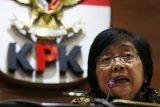 Menteri Lingkungan Hidup dan Kehutanan (LHK) Siti Nurbaya memberikan keterangan kepada wartawan terkait sengketa lahan di Gedung KPK, Jakarta, Senin (21/5/2018). Pertemuan tersebut digelar untuk menindaklajuti konflik sengketa tanah di dua daerah yakni Teluk Jambe dan Trenggalek. (ANTARA /Rivan Awal Lingga)