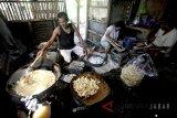 Pekerja menyelesaikan pengolahan dan pembuatan makanan keripik singkong kemasan di Bogor, Jawa Barat, Selasa (22/5). Badan Pusat Statistik Jawa Barat mencatat perekonomian Jawa Barat pada kuartal I/2018 tumbuh 6,02 persen, jauh di atas raihan ekonomi nasional yang tumbuh 5,06 persen, pertumbuhan didorong kinerja industri pengolahan dan konsumsi rumah tangga. ANTARA JABAR/Yulius Satria Wijaya/agr/18.