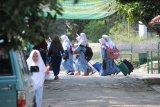 Santri putri bersiap pulang di Pesantren Tahfid Alquran Al-Amin, Prenduan, Sumenep, Jawa Timur, Rabu (30/5). Pesantren tahfid Quran terbesar di Madura itu meliburkan santrinya pada bulan Ramadhan dan tahun ajaran baru. Antara Jatim/Saiful Bahri/zk/18