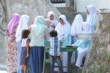 Santri putri mengurus izin kepulangan di Pesantren Tahfid Alquran Al-Amin, Prenduan, Sumenep, Jawa Timur, Rabu (30/5). Pesantren tahfid Quran terbesar di Madura itu meliburkan santrinya pada bulan Ramadhan dan tahun ajaran baru. Antara Jatim/Saiful Bahri/zk/18