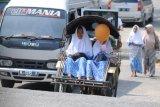 Santri putri naik becak motor saat pulang dari Pesantren Tahfid Alquran Al-Amin, Prenduan, Sumenep, Jawa Timur, Rabu (30/5). Pesantren tahfid Quran terbesar di Madura itu meliburkan santrinya pada bulan Ramadhan dan tahun ajaran baru. Antara Jatim/Saiful Bahri/zk/18