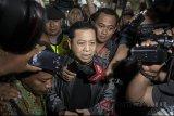 Terpidana Kasus Korupsi KTP elektronik Setya Novanto (tengah) menjawab pertanyaan wartawan saat tiba di Lapas Klas IA Sukamiskin, Bandung, Jawa Barat, Jumat (4/5). Mantan Ketua DPR RI Setya Novanto akan menjalani masa hukuman vonis 15 tahun penjara denda 500 juta subsider 3 bulan kurungan di Lapas Klas IA Sukamiskin tersebut karena telah terbukti melakukan tindak pidana korupsi proyek KTP elektronik. ANTARA JABAR/Novrian Arbi/agr/18