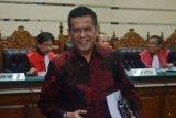 Terdakwa Bupati nonaktif Nganjuk Taufiqurrahman menjalani sidang tuntutan kasus perekrutan dan pengelolaan ASN/PNS Nganjuk di Pengadilan Tindak Pidana Korupsi (Tipikor) Juanda, Sidoarjo, Jawa Timur, Jumat (18/5/2018). Jaksa penuntut umum menuntut Taufiqurrahman dengan pidana penjara selama 10 tahun penjara dan denda Rp600 juta dengan subsider selama enam bulan. (ANTARA FOTO/Umarul Faruq)
