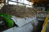 Pekerja menggiling tebu di Pabrik Gula (PG) Gempolkrep Mojokerto, Jawa Timur, Senin (14/5). PG Gempolkrep menargetkan memproduksi 87.503 ton Gula Kristal Putih dengan tebu digiling sebanyak 1.082.200 ton pada musim giling 2018. Antara Jatim/Umarul Faruq/mas/18.