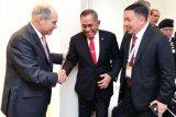 Menhan Ryamizard Ryacudu (kedua kanan) berbincang dengan Menteri Pertahanan sekaligus Perdana Menteri Yordania Hani Al Mulki (kiri) saat menghadiri Special Operation Force Exhibition and Conference (Sovex) Yordan Exhibition 2018 di Yordania, Selasa (8/5/2018). Dalam kunjungan kerja tersebut pemerintah Indonesia dan Yordania sepakat untuk meningkatkan hubungan bilateral khususnya di bidang Industri pertahanan kedua negara. (ANTARA /HO/Dok Puskom Kemhan/Juli Syawaludin)