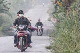 Hujan abu tipis mengguyur dua desa di sekitar Gunung Merapi