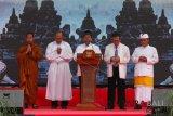 Sejumlah tokoh lintas agama berdoa bersama pada acara pembukaan bakti sosial dalam rangkaian hari Tri Suci Waisak 2562 BE/2018 di taman Lumbini, kawasan Taman Wisata Candi Borobuidur (TWCB) Magelang, Jawa Tengah, Jumat (25/5). Lima pemuka agama Islam, Kristen, Katholik, Budha dan Hindu berdoa bersama untuk keutuhan, persatuan dan kesatuan NKRI. ANTARA FOTO/Anis Efizudin/wdy/2018.