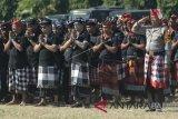 Sejumlah pecalang atau petugas keamanan adat Bali bersama petugas kepolisian mengikuti kegiatan Deklarasi Pecalang dan Bhabinkamtibmas dalam rangka Pengamanan Pilkada Damai tahun 2018 di Denpasar, Bali, Rabu (23/5). Kegiatan deklarasi tersebut digelar Polda Bali bersama Pecalang dan personel Bhabinkamtibmas se-Bali sebagai upaya untuk menjaga keamanan menjelang Pilkada Bali pada 27 Juni mendatang. ANTARA FOTO/Fikri Yusuf/wdy/2018