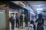 Dua prajurit TNI AU bersiaga setelah penetapan status siaga satu Jakarta, di Bandara Halim Perdanakusuma, Jakarta, Senin (14/5). Polda Metro Jaya berkoordinasi dengan TNI untuk mengamankan sejumlah objek vital di Jakarta guna mencegah tindakan terorisme, pascaterjadi serentetan ledakan bom di Surabaya, Jawa Timur. ANTARA FOTO/Aprillio Akbar/kye/18.