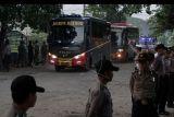 Rombongan bus yang mengangkut napi teroris Mako Brimob, memasuki dermaga penyeberangan Wijayapura, Cilacap, Jawa Tengah, Kamis (10/5). Napi teroris Mako Brimob cabang Rutan Salemba dipindahkan ke sejumlah lapas di pulau Nusakambangan usai terjadi kerusuhan yang menewaskan lima polisi dan satu napi. ANTARA FOTO/Idhad Zakaria/foc/18.