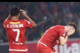 Pemain Persija Jakarta Marko Simic (kanan) dan Ramdani Lestaluhu (kiri) meluapkan kekecewaan dalam laga lanjutan Liga 1 melawan Madura United di Stadion Utama Gelora Bung Karno, Jakarta, Sabtu (12/5). Madura United berhasil menang dengan skor 2-0. ANTARA FOTO/Akbar Nugroho Gumay/pd/18